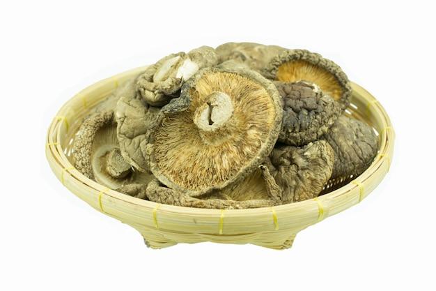 Funghi secchi isolati su sfondo bianco
