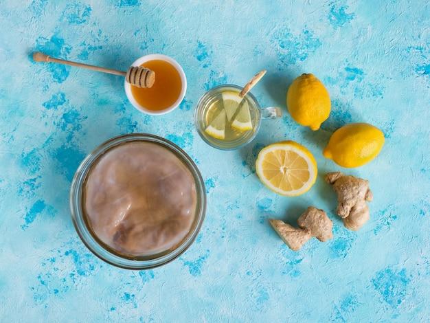 Fungo kombucha con radice di zenzero, miele e limone.