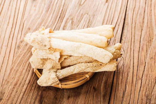Fungo tropicale secco di stinkhorn. funghi di bambù