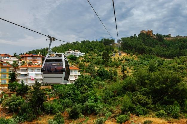 Funivia che trasportano i turisti dalla città al castello di alanya