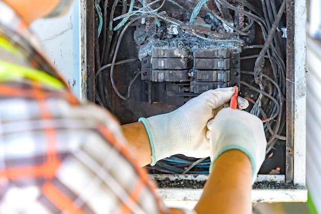 Funzionari che controllano la causa del circuito di controllo del fuoco