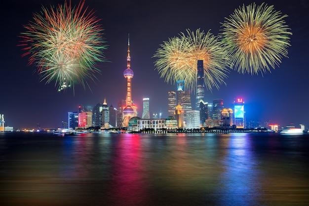Fuochi d'artificio a shanghai, cina celebrazione giornata nazionale della repubblica popolare cinese.