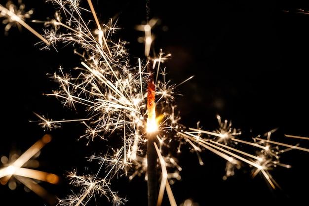 Fuochi d'artificio belli isolati su sfondo nero