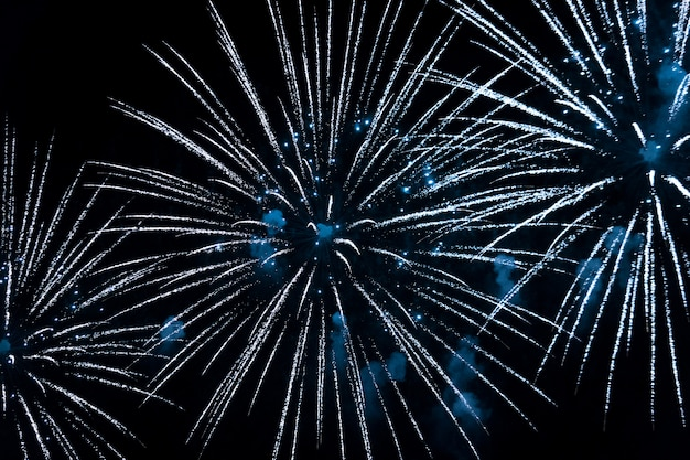 Fuochi d'artificio blu brillante nel cielo notturno. festa di capodanno