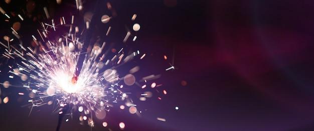 Fuochi d'artificio che brucia sparkler. felice anno nuovo e buon natale concetto.