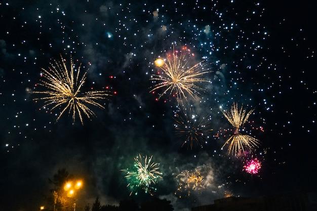 Fuochi d'artificio colorati festivi su fondo un cielo notturno