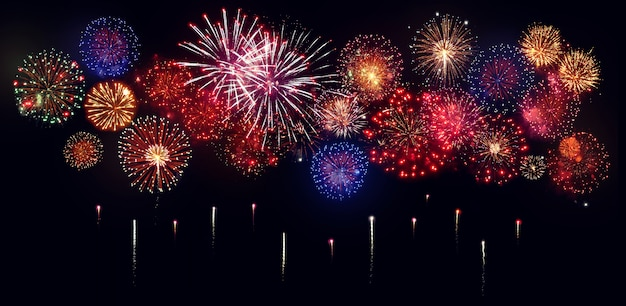 Fuochi d'artificio colorati per le celebrazioni su sfondo nero