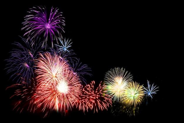 Fuochi d'artificio colorati su fondo nero