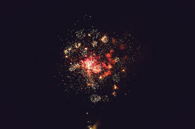 Fuochi d'artificio con spazio isolato