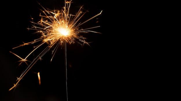 Fuochi d'artificio copia-spazio nella notte di capodanno
