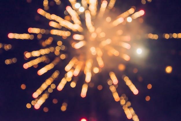 Fuochi d'artificio di celebrazione di nuovo anno. fuochi d'artificio variopinti astratti, nuovo anno festivo del fondo con i fuochi d'artificio