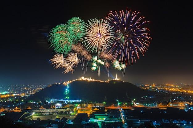 Fuochi d'artificio di festival annuali nella provincia di phetchaburi, tailandia