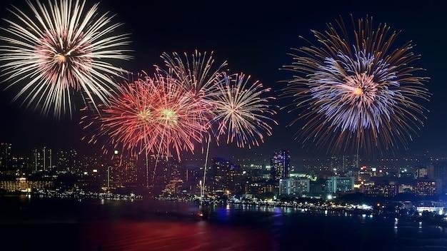 Fuochi d'artificio di pattaya e la spiaggia