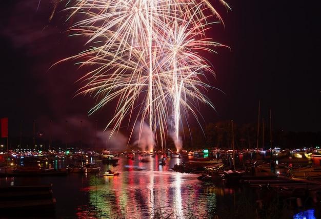 Fuochi d'artificio di vacanze estive in una città.