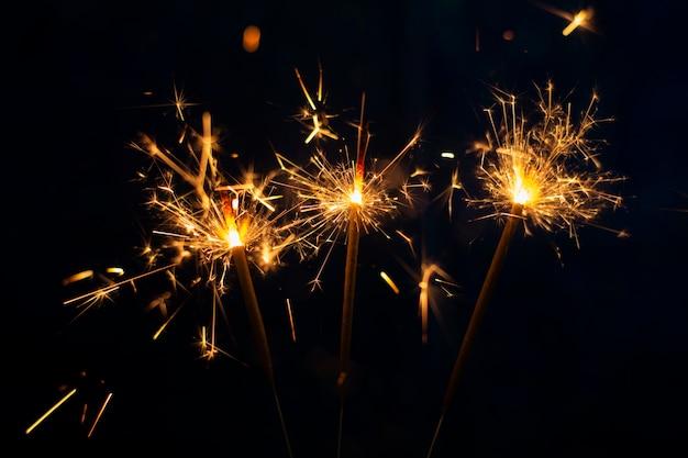 Fuochi d'artificio di vista frontale nella notte