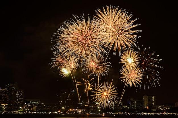 Fuochi d'artificio dorati per la celebrazione
