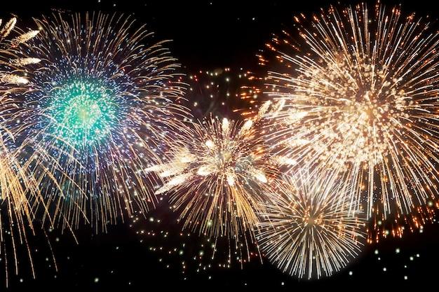 Fuochi d'artificio e alla vigilia di capodanno. vacanza sfondo astratto.