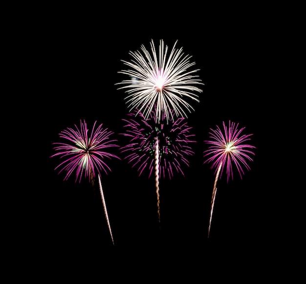 Fuochi d'artificio festivi variopinti che esplodono sopra il cielo notturno, isolato