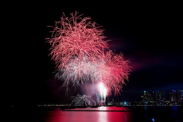 Fuochi d'artificio in mare in thailandia.
