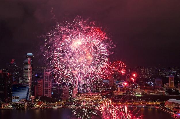 Fuochi d'artificio luminosi sul lungomare