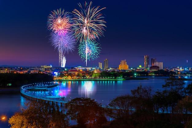 Fuochi d'artificio nel paesaggio urbano di notte