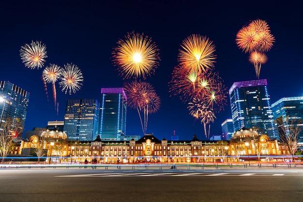Fuochi d'artificio sopra la stazione di tokyo di notte, in giappone