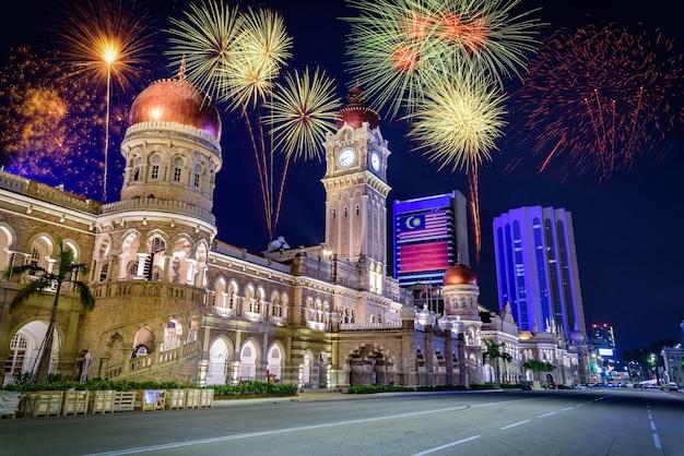Fuochi d'artificio sopra merdeka square nel centro di kuala lumpur durante la notte in malesia