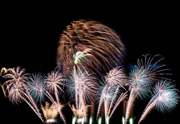 Fuochi d'artificio sul cielo per lo sfondo.