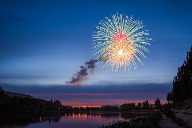 Fuochi d'artificio sul lago di notte