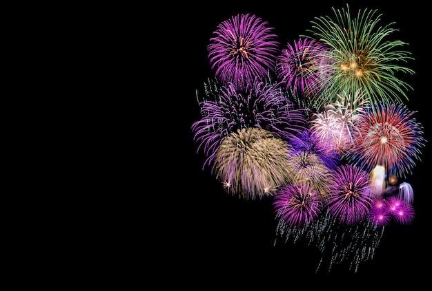 Fuochi d'artificio variopinti in cielo nero con copyspace