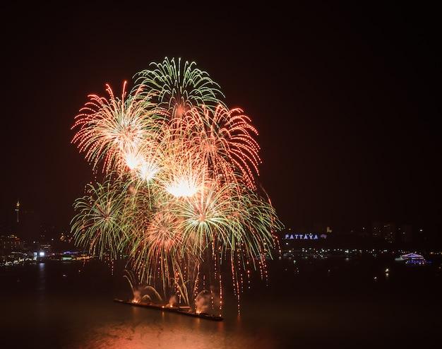 Fuochi d'artificio variopinti sul cielo alla spiaggia di pattaya, tailandia