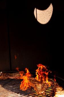Fuoco del barbecue del primo piano alla notte