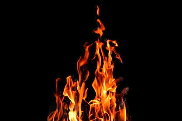 Fuoco, fiamme su un isolato sfondo nero. concetto fuoco grill calore weekend barbecue.