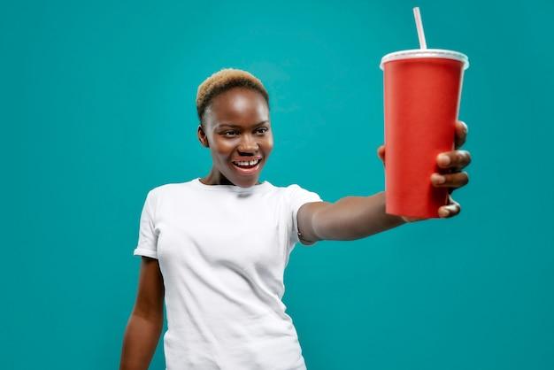 Fuoco selettivo della bevanda fredda a disposizione della femmina africana