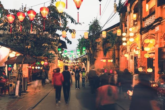 Fuoco selettivo sulle lanterne variopinte sulla via della città antica di hoi an, vietnam