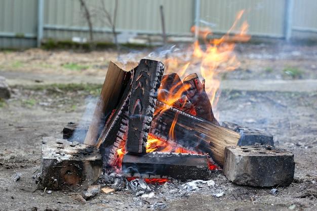 Fuoco sulla natura. legna da ardere in fiamme all'aperto.