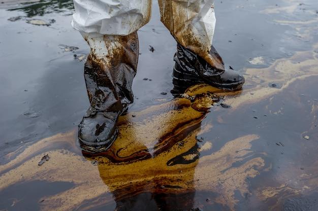 Fuoriuscita di petrolio miscelato con altre sostanze chimiche sulla superficie del mare e della sabbia.