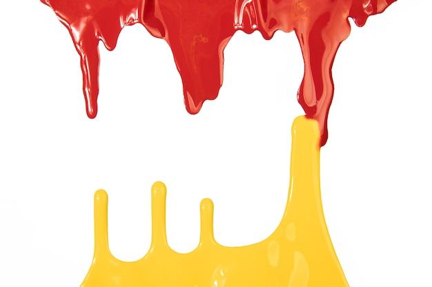 Fuoriuscite di vernice gialla e rossa