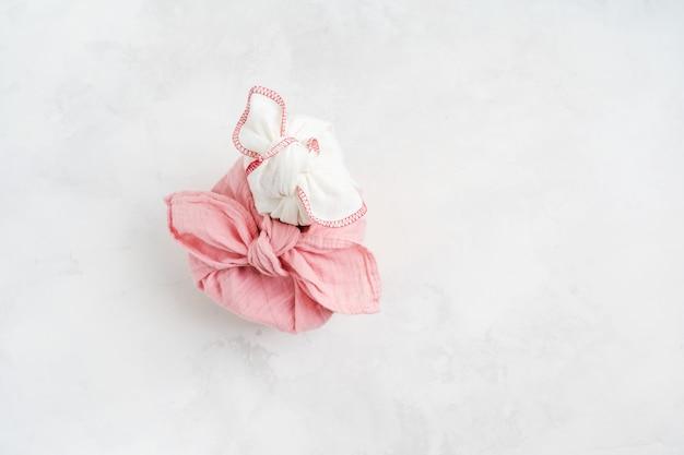 Furoshiki - tecnica asiatica di regali avvolti in tessuto. il tessuto di lino viene annodato tradizionalmente per trasportare regali.