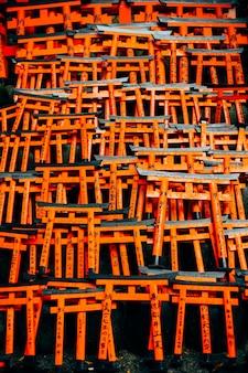 Fushimi inari torii rosso in giappone