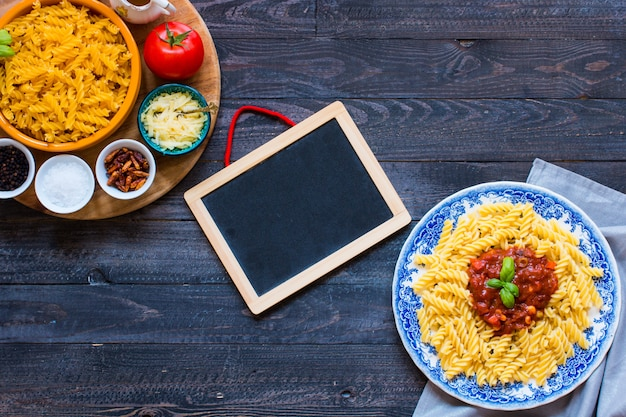 Fusilli con salsa di pomodoro, pomodori, cipolla, aglio, paprika secca, olive, pepe e olio d'oliva
