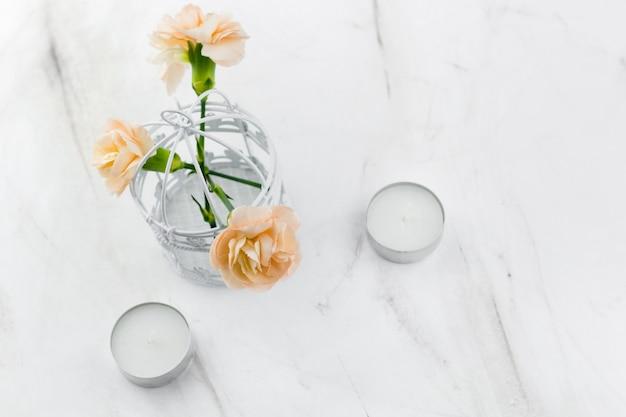 Gabbia decorativa d'annata con il fondo di marmo dei fiori