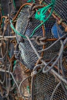 Gabbie da pesca in una città costiera