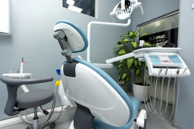 Gabinetto dentale con varie attrezzature mediche