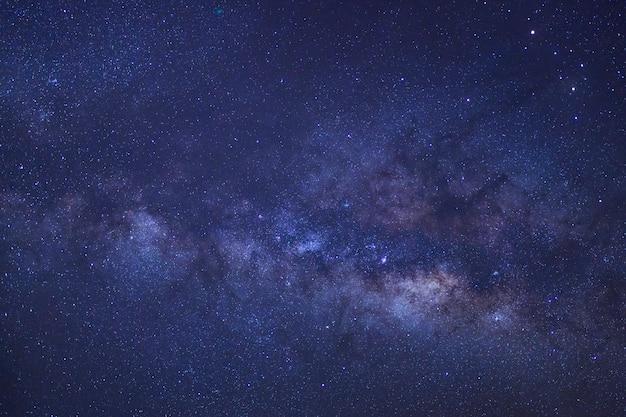 Galassia chiaramente a forma di via lattea con stelle e polvere spaziale nell'universo