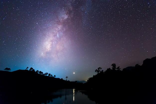 Galassia della via lattea con stelle e polvere spaziale nell'universo.