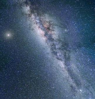 Galassia della via lattea paesaggio pittoresco di notte