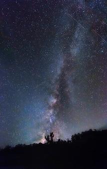 Galassia di milkyway con la stella cadente della meteora nell'universo dello spazio del cielo notturno.