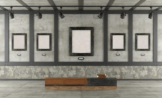 Galleria d'arte in soppalco con muro di cemento ed elementi in ferro