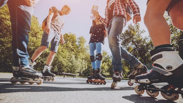 Gambe che indossano una scarpa da pattinaggio a rotelle. all'aperto. skate park.